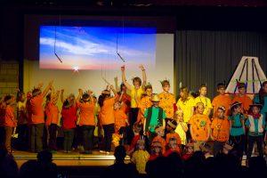 Auf der Bühne wurde getanzt, gesungen und gespielt.